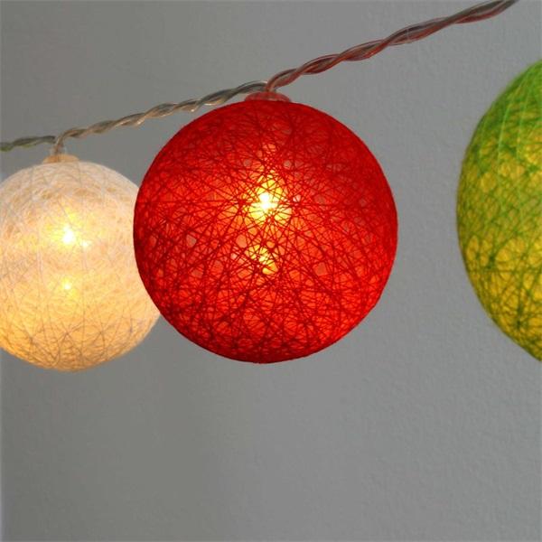Gömb alakú 6cm/színes fonott/1,5m/piros-fehér-zöld/10db LED-es/USB-s fénydekoráció - 1