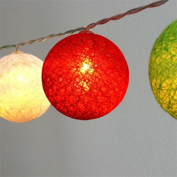 Gömb alakú 6cm/színes fonott/4,5m/piros-fehér-zöld/30db LED-es/USB-s fénydekoráció - 1